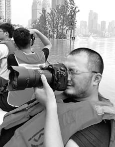 重庆日报谢智强镜头对准谁?作品记录啥?